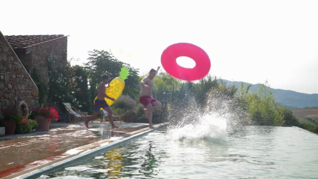 stockvideo's en b-roll-footage met pool party inflatables - poolparty