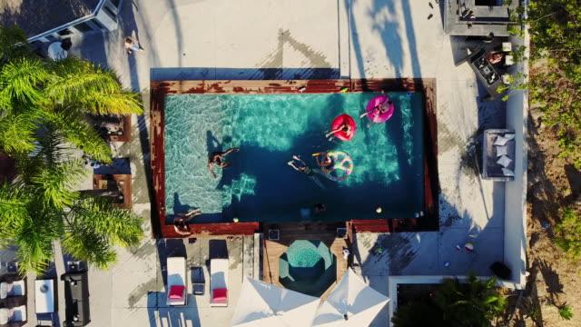 stockvideo's en b-roll-footage met pool party gezien vanuit een drone - poolparty