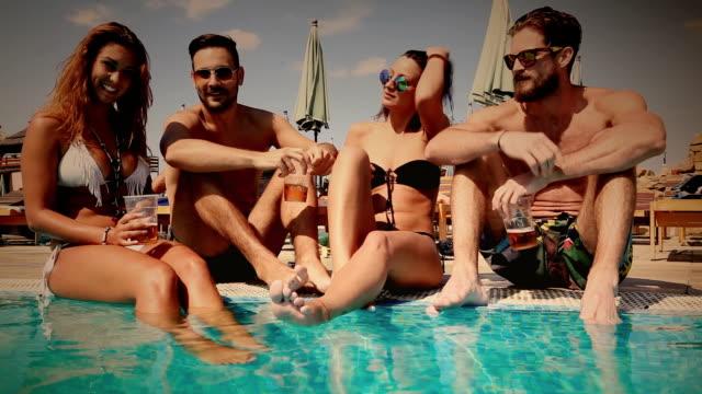 vídeos y material grabado en eventos de stock de fiesta en la piscina - imagen virada