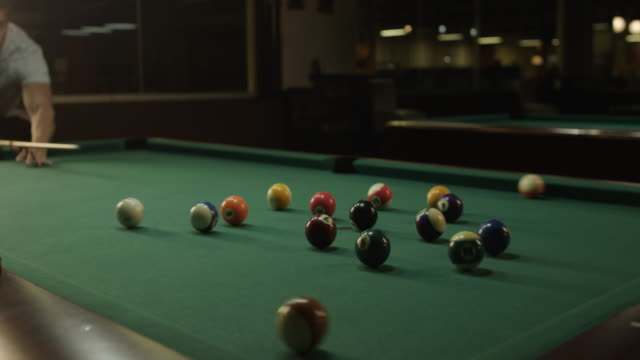 vídeos y material grabado en eventos de stock de reproductor de la piscina - salón de billares