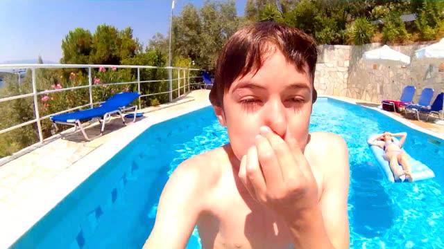 vidéos et rushes de piscine selfie - yeux fermés