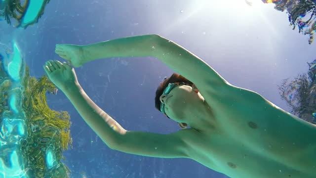 stockvideo's en b-roll-footage met pool swim over.slow motion. - 12 13 jaar