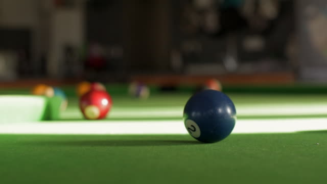 stockvideo's en b-roll-footage met pool table with 2 ball in focus - getal 2