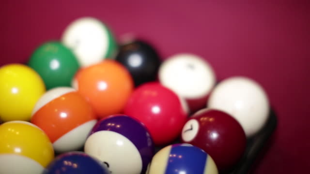 vídeos de stock e filmes b-roll de pool table with billiard balls - mesa de bilhar
