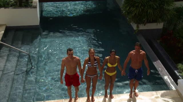 vídeos de stock, filmes e b-roll de a piscina - estação turística