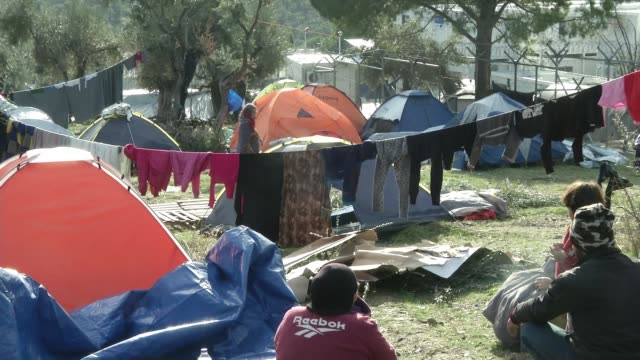 poor conditions for migrants and refugees arriving on the island lesbos ext makeshift refugee camp for migrants and frefugees various of women and... - flytväst bildbanksvideor och videomaterial från bakom kulisserna
