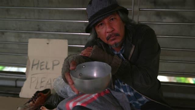 貧しいホームレスや難民市社会ドキュメンタリー コンセプトの都市通りに床の上に座って - 放浪者点の映像素材/bロール