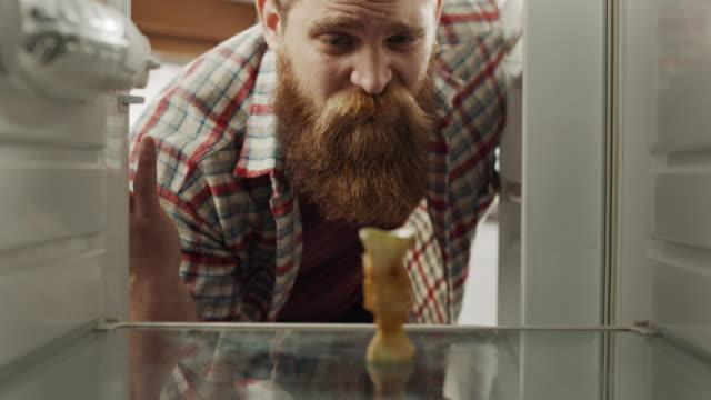 vídeos de stock, filmes e b-roll de pobre! - geladeira