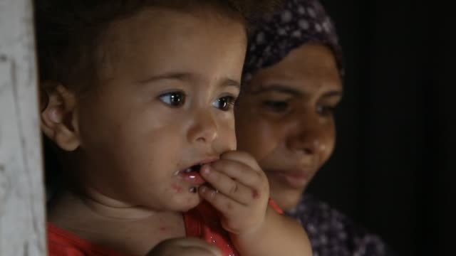 vídeos de stock e filmes b-roll de poorest palestinian family in gaza on february 15 2017 many of palestinians still lives under poverty line in primitive life and remote areas without... - um dia na vida de