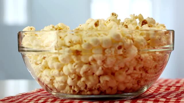 vídeos de stock, filmes e b-roll de pop de milho - pipoca