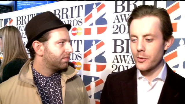 vidéos et rushes de brit awards 2012: red carpet arrivals; hurts speaking to press / chase and status interview sot / unidentified women speaking to press / aloe blacc... - pixie lott