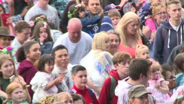 vídeos y material grabado en eventos de stock de british summertime hyde park festival: backstage interviews; further shots of crowd attempting world record 'biggest ever live singalong on radio'... - músico pop