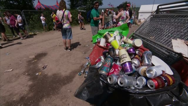 stockvideo's en b-roll-footage met glastonbury festival goes plasticfree england somerset galstonbury festival ext waste bin on site overflowing with recyclable paper cups and drinks... - itv lunchtime news