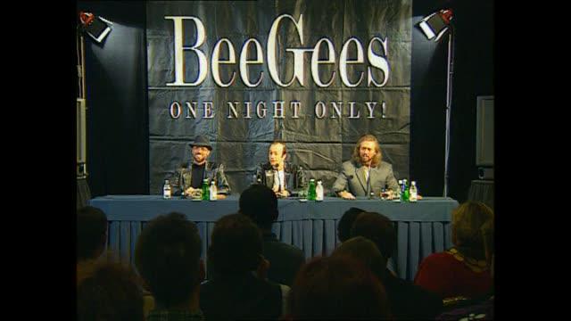 pop music group bee gees holding press conference prior to concert at western springs stadium in auckland. - the bee gees bildbanksvideor och videomaterial från bakom kulisserna