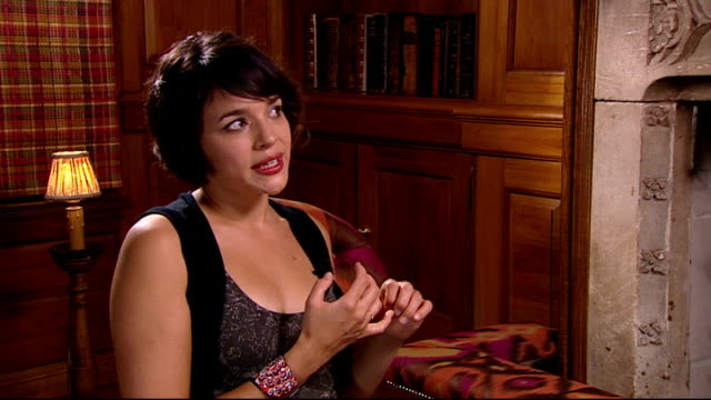 norah jones interview; norah jones interview continued sot - venues influencing audience, whether it's an arena, a small gig, club, distance between... - stabilimento sportivo video stock e b–roll