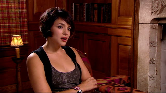 norah jones interview norah jones interview continued sot retaining her anonymity doesn't get recognised much/ living in new york no one cares that... - reality tv stock videos and b-roll footage