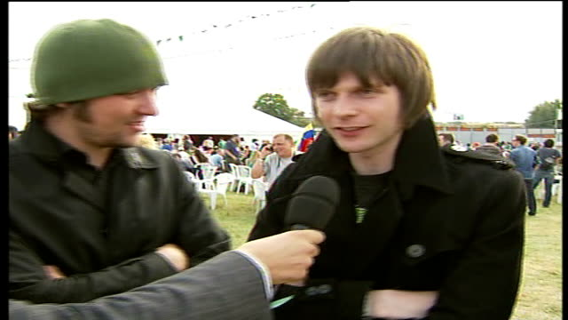 vídeos y material grabado en eventos de stock de reading festival england reading berkshire ext andrew white simon rix nick hodgson live interview from reading sot on performing at reading and their... - reading and leeds festivals