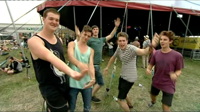 vídeos y material grabado en eventos de stock de reading festival: fans arrive for first day; group of young men dancing to music sot - reading and leeds festivals