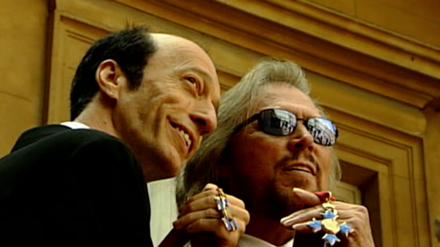 Robin Gibb dies 2752004 EXT Robin Gibb and Barry Gibb photocall outside Buckingham Palace with their CBE medals