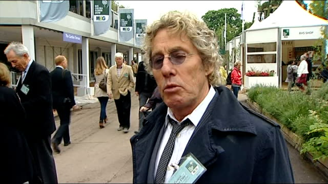 robin gibb dies; london: ext roger daltrey interview sot - singing is about moving people cliff richard interview sot - the bee gees are my favourite... - the bee gees bildbanksvideor och videomaterial från bakom kulisserna