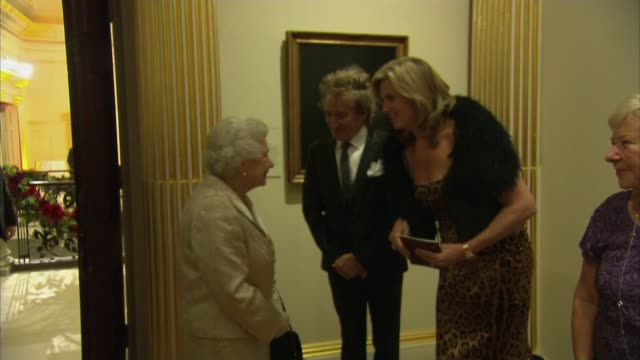 rod stewart knighted; england: london: royal academy: int sir rod stewart and his wife penny lancaster stand talking with queen elizabeth - at royal... - rod stewart stock-videos und b-roll-filmmaterial