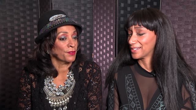 stockvideo's en b-roll-footage met sister sledge interview re death of aretha franklin england london int debbie sledge and kim sledge sing a capella version of 'give yourself to... - a capella