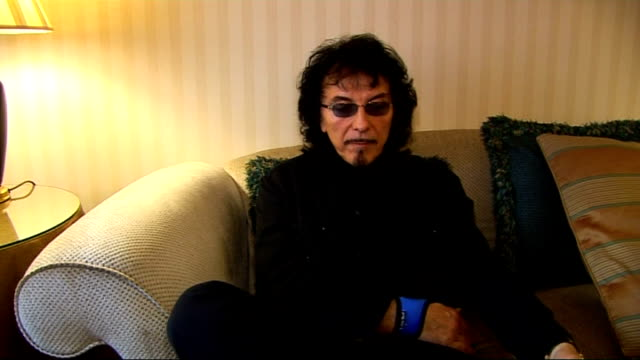 tony iommi interview tony iommi interview continued sot tony on his contribution to the album finishing ahead of schedule saving time by rehearsing... - musicista di musica pop video stock e b–roll