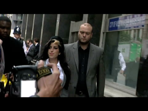 pop star amy winehouse arrives at court on final day of assault trial london 24 july 2009 - musicista di musica pop video stock e b–roll