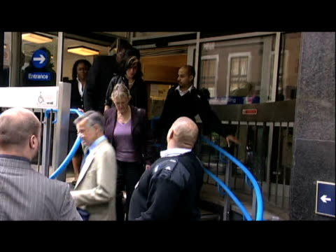 pop star amy winehouse leaves court after being found not guilty of assault charge london 24 july 2009 - musicista di musica pop video stock e b–roll