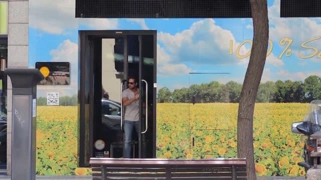 vídeos y material grabado en eventos de stock de pop star david bisbal attends a suntanned center - montaje documental