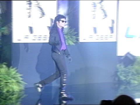 vídeos de stock, filmes e b-roll de pop star michael joseph jackson walking onto hollywood palladium stage at la gear unstoppable press conference zi ms jackson on stage king of pop - cantora