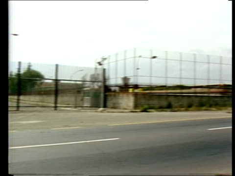 vídeos de stock e filmes b-roll de pope assassination attempt trial; italy: rome: robivia jail : gv exterior wire fence of prison l-r armed guard and rifle on top of police van as van... - crime or recreational drug or prison or legal trial