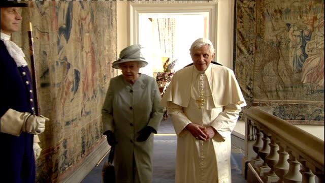 pope benedict xvi announces resignation lib midlands birmingham pope benedict xvi along past crowd in popemobile scotland edinburgh holyrood int pope... - ベネディクト16世の退位点の映像素材/bロール