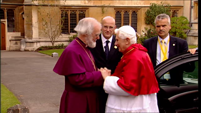 pope benedict xvi announces resignation lib ext pope meeting archbishop of canterbury dr rowan williams pope and archbishop into room to applause - ベネディクト16世の退位点の映像素材/bロール