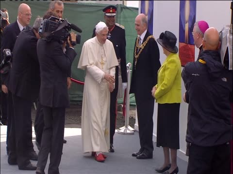 pope benedict xvi arrives for papal visit at crofton park - 法王ベネディクト16世点の映像素材/bロール