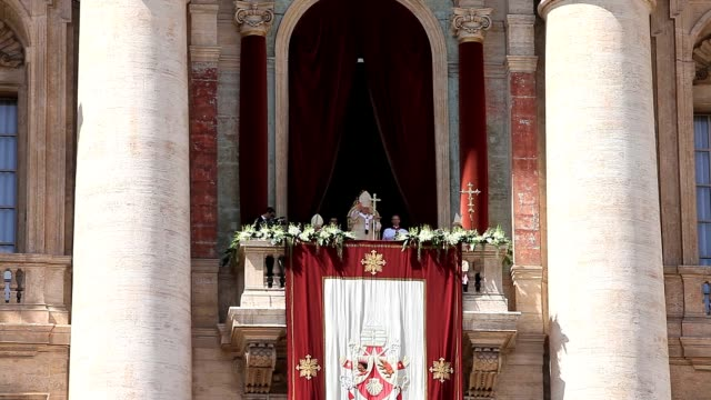 pope benedict xvi delivers urbi et orbi blessing during easter mass at st peter's square in vatican on april 8 2012 easter mass urbi et orbi blessing... - petersplatz stock-videos und b-roll-filmmaterial