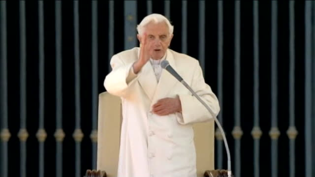 pope benedict xvi makes final public appearance pope benedict xvi saying final mass as pope sot benedict along to popemobile wearing red papal shoes... - ベネディクト16世の退位点の映像素材/bロール