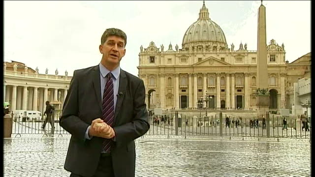 speculation mounts on his successor ext greg burke interview sot various shots people along by pillars at st peter's basilica various shots chinese... - 法王ベネディクト16世点の映像素材/bロール