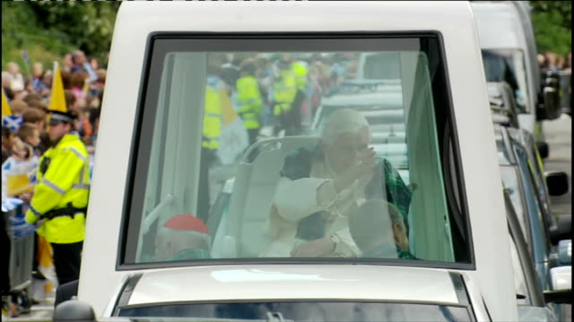 pope benedict xvi state visit: day one: pope and queen speak at holyrood palace / procession through edinburgh; ** bagpipe music heard over the... - ローマ法王専用車点の映像素材/bロール