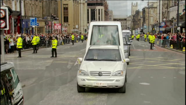 pope benedict xvi state visit: day one: pope and queen speak at holyrood palace / procession through edinburgh; popemobile through crowds / aerial... - ローマ法王専用車点の映像素材/bロール