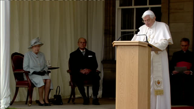 pope benedict xvi state visit: day one; scotland: edinburgh: holyrood palace: ext pope shaking hands with queen elizabeth pope speech sot - today,... - 1日目点の映像素材/bロール