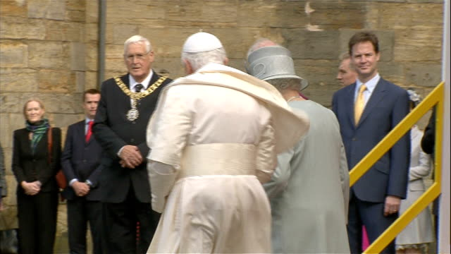 day one scotland edinburgh palace of holyroodhouse pope benedict xvi and queen elizabeth ii along with rowan williams and nick clegg mp standing in... - 法王ベネディクト16世点の映像素材/bロール