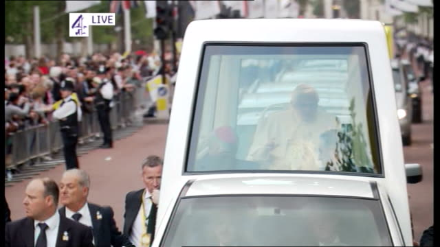 pope benedict xvi state visit: day three; england: london: ext **live aston on screen* pope waving as towards in popemobile past crowd of people... - ローマ法王専用車点の映像素材/bロール