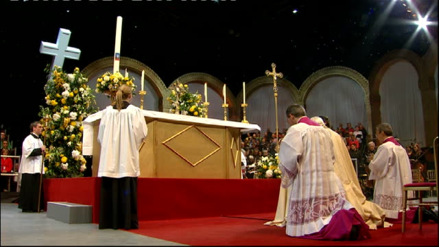 day three hyde park prayer vigil clergymen along to stage pope stands pope conducts incense ceremony before kneeling back down all sing the tantum... - durchpausen stock-videos und b-roll-filmmaterial