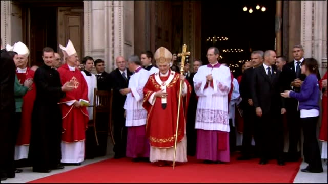 stockvideo's en b-roll-footage met pope benedict xvi state visit: day three; pope benedict xvi standing on red carpet outside cathedral as greeted by cheers from crowd sot pope holding... - itv weekend evening news