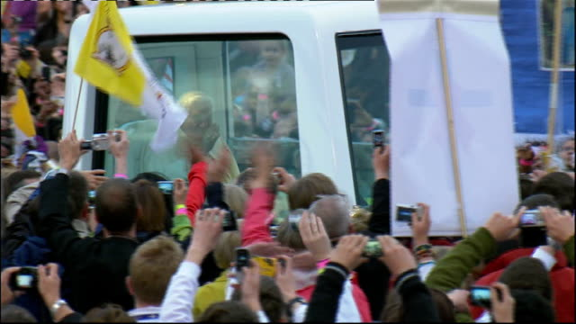 pope benedict xvi state visit: day three: popemobile journey to hyde park vigil; **music heard over following** more of popemobile along past crowds... - ローマ法王専用車点の映像素材/bロール