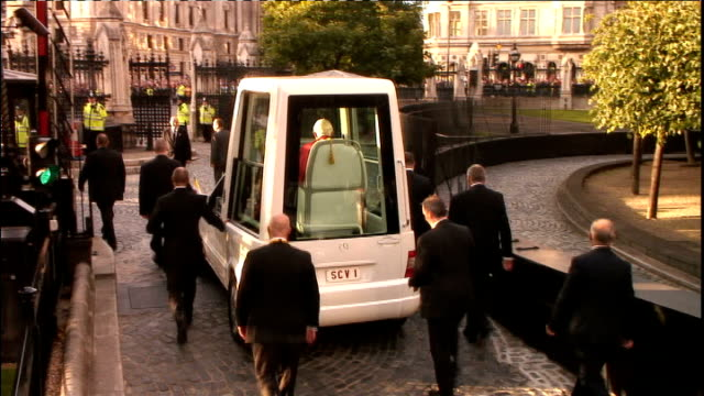 pope benedict xvi state visit: day two: address to civil society, westminster hall, palace of westminster; popemobile leaves hall with security... - ローマ法王専用車点の映像素材/bロール