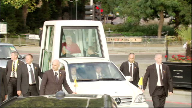 pope benedict xvi state visit: day two; security along next pope benedict in popemobile air view popemobile along main road pope benedict xvi... - ローマ法王専用車点の映像素材/bロール