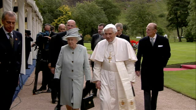 pope speech and queen's speech at holyrood house rowan williams and nick clegg applauding / officials and dignitaries applauding including salmond... - 法王ベネディクト16世点の映像素材/bロール