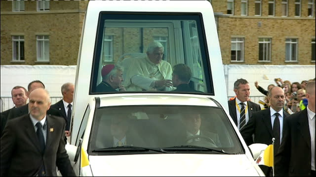 pope benedict xvi state visit: terror plot uncovered; location unknown: day pope benedict xvi waving from popemobile and popemobile along past crowds... - ローマ法王専用車点の映像素材/bロール